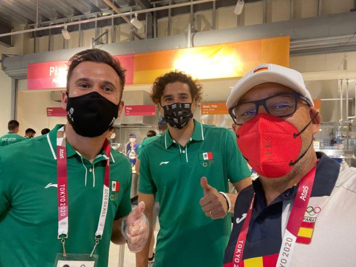 Marcelino Torrontegui en Tokio junto al exmalaguista Memo Ochoa