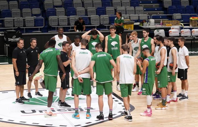 Fotis Katsikaris conversa con sus jugadores en el Carpena