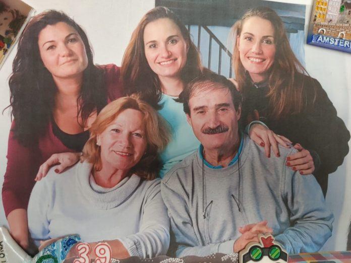 Juan Carretero junto con su esposa Rosario, y sus tres hijas, Desireé, Virginia y Rosa Mari