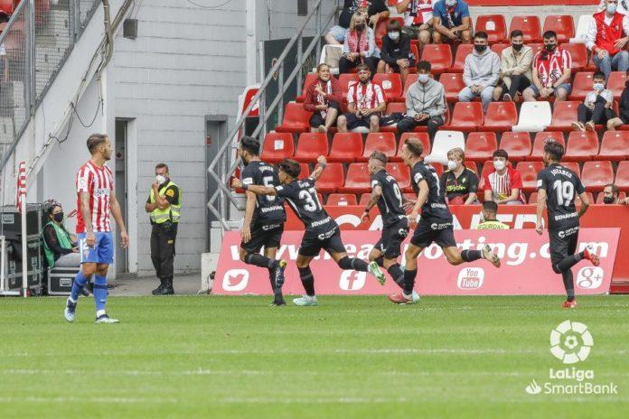 Juande Rivas celebra el gol en el Molinón